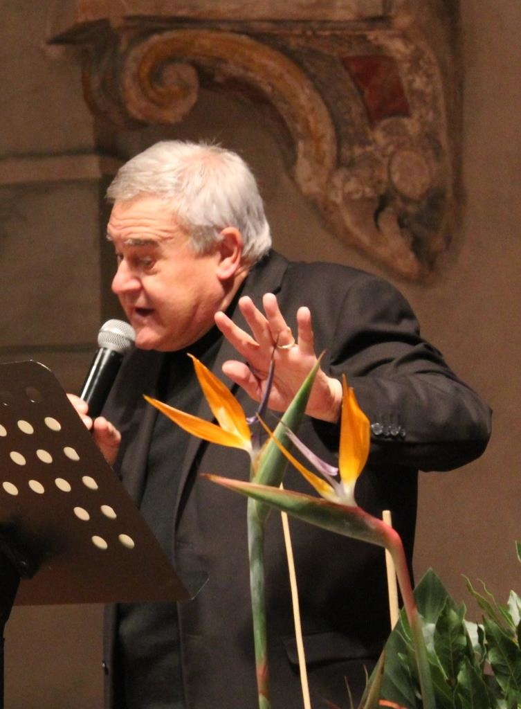 Piero Leonardi durante l'interprestazione di un testo poetico